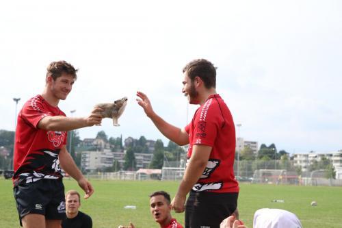 """Dem """"Man-of-the-match"""" wird der RCS-Wolf vom Captain Emil Rohrbach überreicht"""